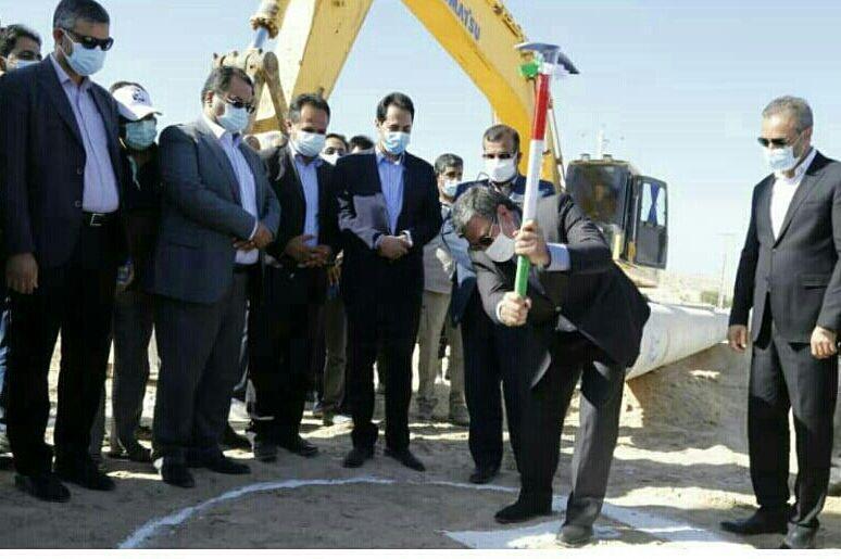 خبرنگاران عملیات احداث خط انتقال آب از آب شیرین کن به شهرهای پارسیان شروع شد